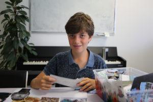 un élève réalisant un collage de ses passions